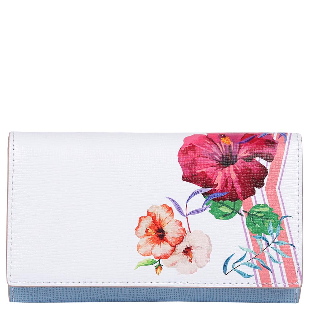 Кошелек женский Leo Ventoni, цвет: белый, голубой. L330989BP-001 BKИзысканный женский кошелек от итальянского бренда Leo Ventoni выполнен из натуральной кожи с невероятно модным и изысканным тиснением. Элегантное сочетание белого, голубого и розового оттенков, а также дизайнерский принт в виде женственных цветов превращают кошелек в элегантный аксессуар, который придется по вкусу любительницам новых тенденций моды. Внутри модели находятся 1 вместительных отделения для купюр, а также 12 отсеков для дисконтных и кредитных карт. На тыльной части аксессуара есть глубокий карман на молнии с металлическим поводком. Кошелек закрывается на прочную заклепку.