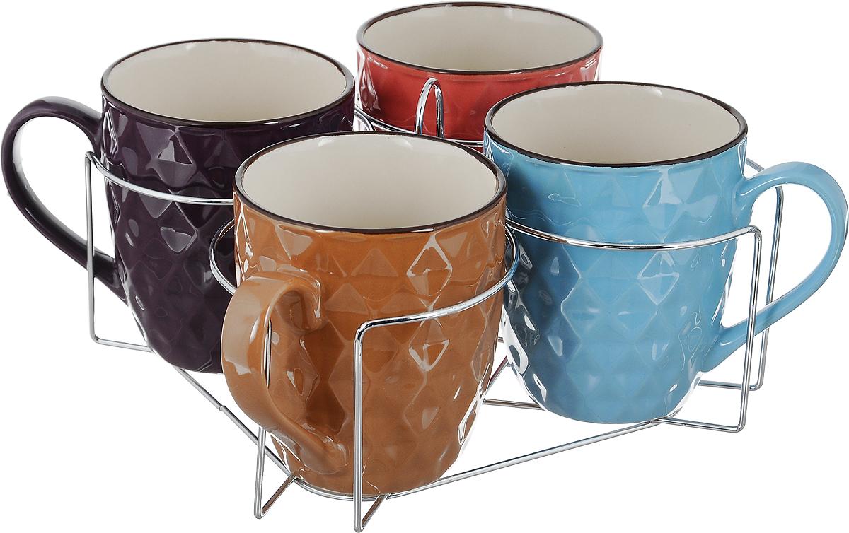 Набор кружек Loraine, на подставке, 390 мл, 5 предметов. 2464524645Набор Loraine состоит из 4 кружек и подставки. Кружки выполнены из высококачественной керамики, покрытой глазурью. Благодаря своим термостатическим свойствам, керамика отлично сохраняет температуру содержимого - морозной зимой кружки будет согревать вас горячим чаем, а знойным летом, напротив, радовать прохладными напитками. Благодаря металлической подставке изделия можно компактно хранить. Кружки выполнены в ярком цветном дизайне, внешние стенки дополнены рельефом. Такой набор создаст атмосферу тепла и уюта, настроит на позитивный лад и подарит хорошее настроение с самого утра. Идеально подходит в подарок близкому человеку. Можно использовать в СВЧ и мыть в посудомоечной машине. Диаметр кружки (по верхнему краю): 9 см. Высота кружки: 10,5 см. Размер подставки: 21 х 21 х 11,5 см.