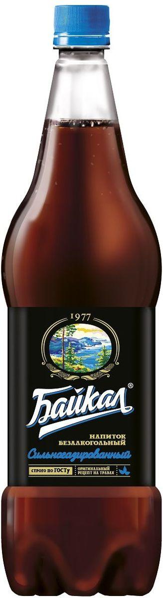 Байкал 1977 напиток безалкогольный сильногазированный, 1,5 л010500-0026845Рецепт напитка Байкал был создан Институтом пивоваренной и безалкогольной промышленности в 1973 году. Входящие в состав лечебные травы зверобоя, корня солодки и элеутерококка придали напитку неповторимый вкус и наделили лечебными свойствами. Компания Аквалайф сохранила традиционную рецептуру, благодаря которой, напиток завоевал любовь и признание потребителей. Компания Аквалайф обладает эксклюзивными правами на производство и реализацию напитка Байкал, как на территории России, так и в 30 странах мира.