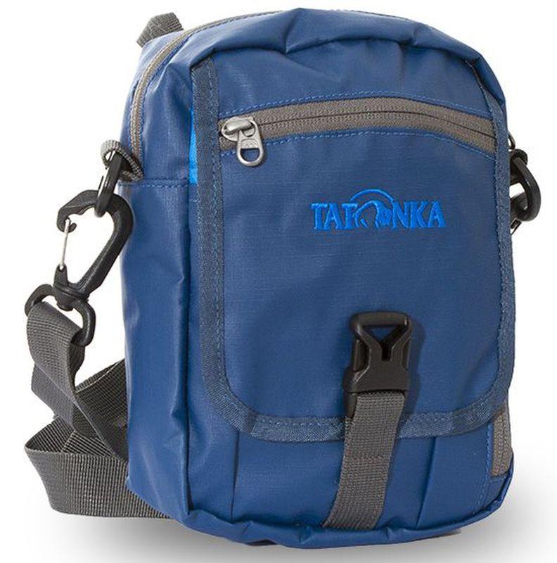 Сумка плечевая Tatonka Check in CLIP, цвет: синий, 22x15x7 смDI.2966.150Универсальная дорожная сумочка из водоотталкивающей ткани. Идеальная сумочка для хранения документов и полезных мелочей в путешествии. Сумочка Check In Clip , которую можно носить как на плече, так и на поясе, располагает большим основным отделением с двумя молниями , множеством кармашков и мини-органайзером. Крышка-клапан фиксируется фастексом. Сумочка выполнена из водооталкивающей прочной ткани, что позволяет ей не бояться дождя и снега. Преимущества и особенности: петли для переноски на поясе съемный плечевой ремень ручка для переноски удобный органайзер множество продуманных отделений прочный материал фирменный логотип специальная ткань