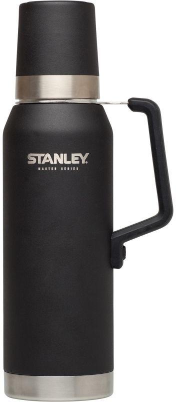 Термос Stanley Master, 1,3 л, цвет: черный901-600Термос объем 1,3L.Технология QUADVAC: корпус и внутренная колба - нержавеющая сталь 18/8 толщиной 1 мм и крышка-термостакан 0,7 мм. Сохраняет горячую воду – 40 часов, холодную – 35 часов, напитки со льдом – 160 часов. Внутренняя сторона крышка с нанесением из нержавеющей стали, стальная ручка с силиконовым покрытием. Наружное покрытие – абразивостойкая эмаль. Герметичен. Цвет - черный. Пожизненная гарантия.