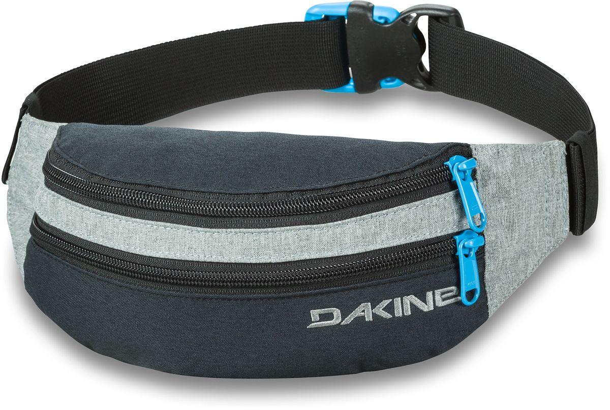 Сумка поясная Dakine Classic Hip Pack, цвет: черный, серый, 0,6 л15126A-W1-018/018Поясная сумка Dakine выполнена из полиэстера. Модель с двумя отделениями застегивается на молнию. Регулируемый поясной ремень застегивается на фастекс.
