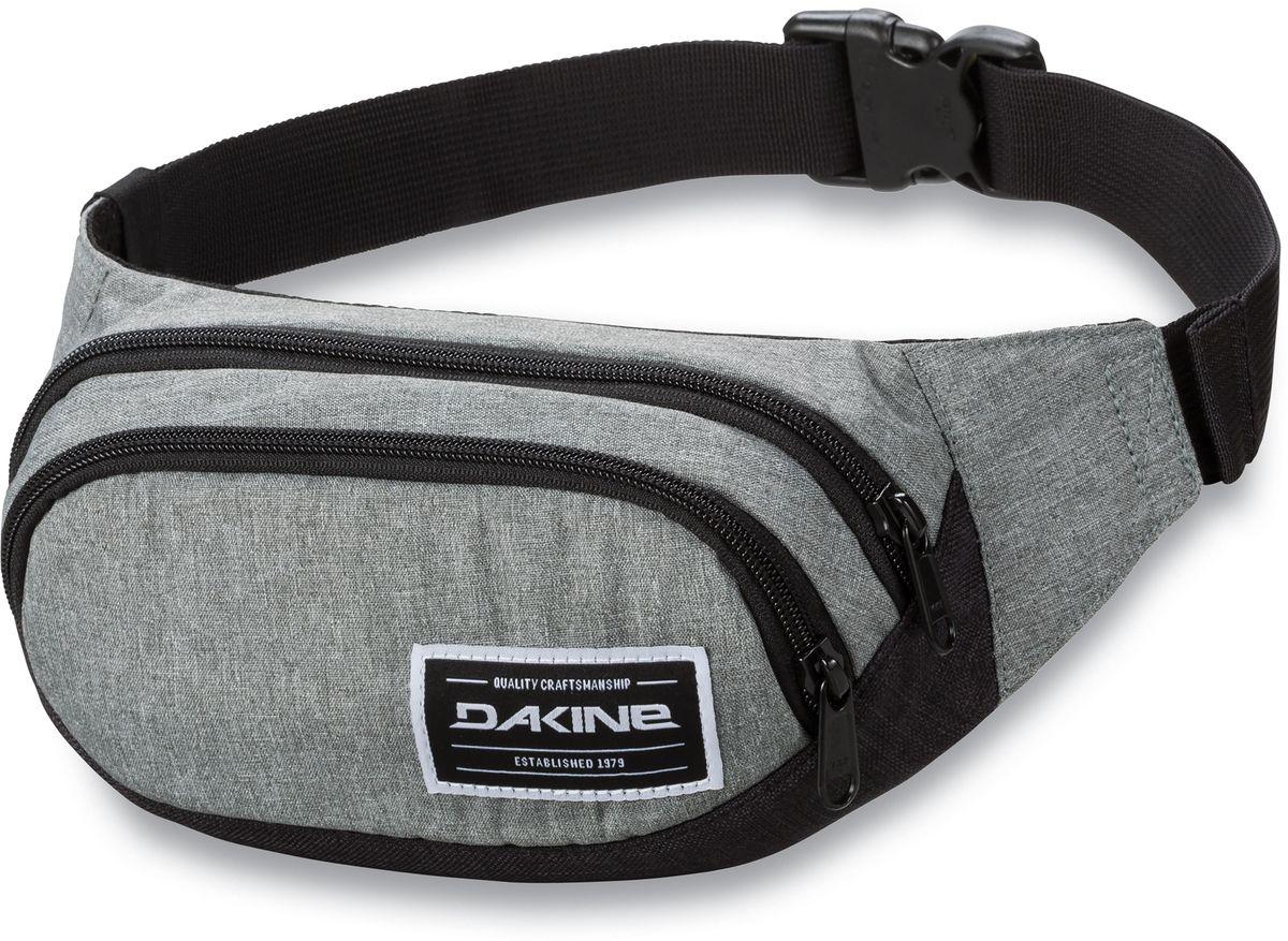 Сумка поясная Dakine Hip Pack, цвет: серый, черный, 0,6 л95735-924Поясная сумка Dakine выполнена из полиэстера. Модель с двумя отделениями застегивается на молнию. Регулируемый поясной ремень застегивается на фастекс.