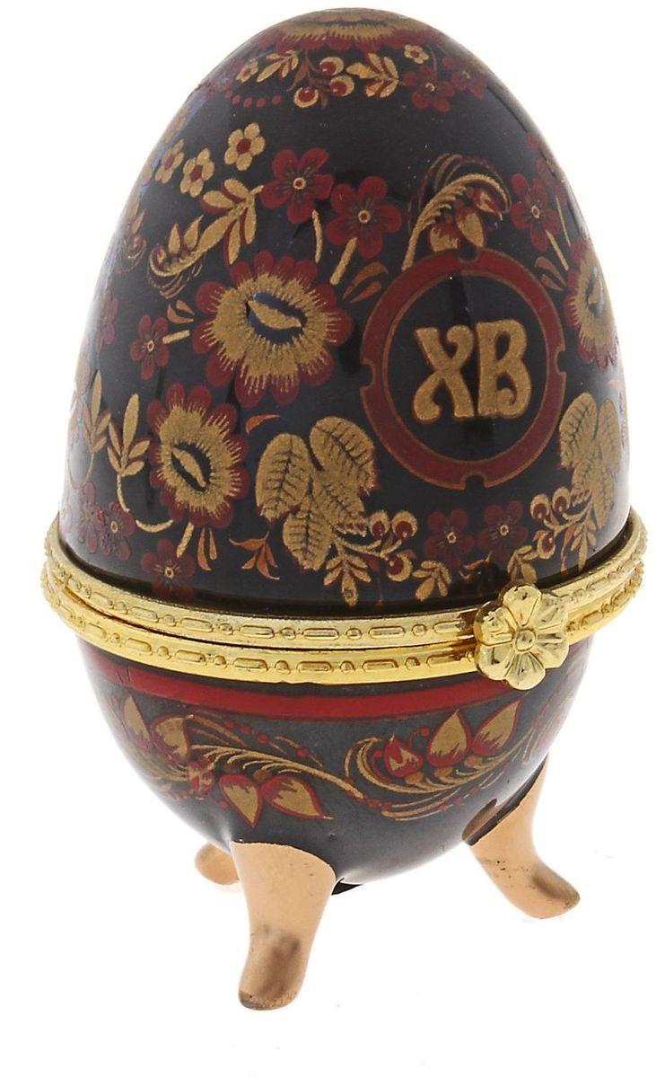 Шкатулка Sima-land Хохлома на черном, 6 х 4,7 х 7,5 см433655Шкатулка для украшений, выполненная в форме яйца, за последние годы стала традиционным и очень популярным пасхальным подарком. Витые узоры, искусно переплетаясь между собой, создают целостный рисунок, покрывающий всю поверхность шкатулки. Все это великолепие крепится на трех изогнутых ножках золотого цвета и потрясающе смотрится на полке, комоде, камине или в серванте. В ассортименте есть шкатулки, декорированные пасхальными символами «ХВ»; в стиле старинных ремесел; с изображением икон, окантованных восхитительным орнаментом. Изысканный и утонченный подарок к самому главному православному празднику!