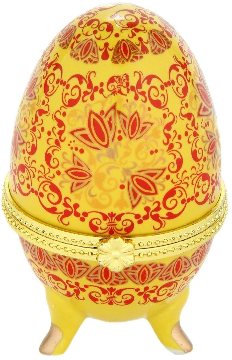 Шкатулка Sima-land Золотой парад, 4,5 х 4,7 х 6,5 см433662Шкатулка для украшений, выполненная в форме яйца, за последние годы стала традиционным и очень популярным пасхальным подарком. Витые узоры и рисунки, искусно сочетаясь между собой, создают целостную композицию, украшающую ее поверхность. Шкатулка крепится на трех изогнутых ножках и эффектно смотрится на полке, комоде, камине или в серванте. В ассортименте представлены шкатулки разных цветов, декорированные затейливыми узорами, цветами и прочими элементами. Изысканный и утонченный подарок к самому главному православному празднику!