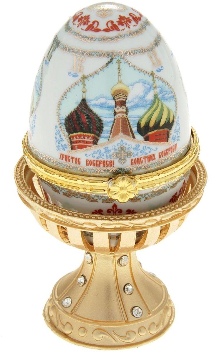 Яйцо-шкатулка Sima-land Купола, на металлической подставке, 10 х 6 х 6 см890110Яйцо-шкатулка Купола на металлической подставке, керамика, деколь – это не только символичный, но и очень полезный подарок на светлый праздник Пасхи. Яйцо изготовлено из белоснежной прочной керамики, всё покрыто яркой праздничной росписью, дизайн которой с душой разработан профессионалами компании Сима-ленд. А уникальная металлическая подставка придает ему ещё больше изысканности и благородства. История дарения таких яиц-шкатулок берет свое начало с времен известнейшего ювелира Карла Фаберже, который начал изготовлять ювелирные яйца с сюрпризом для императорского дома. Обычай преподносить такие подарки близким – это возрождение императорской традиции. Такой подарок является привычным для Пасхи. Яйцо-шкатулка на оригинальной металлической подставке порадует своим великолепием, функциональными особенностями и пасхальной подарочной упаковкой. Такой царский сувенир приятно дарить и получать!