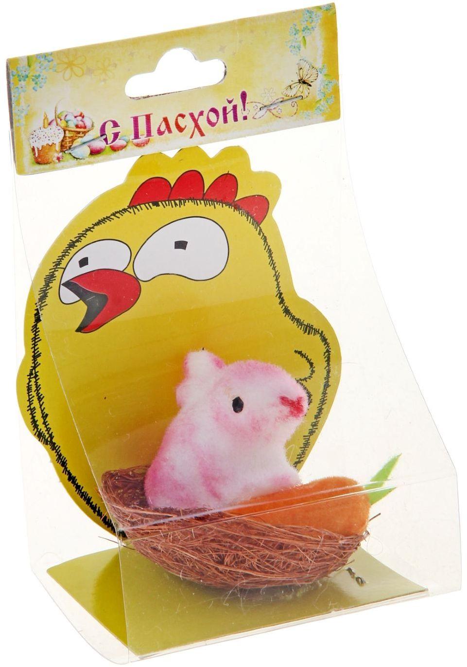 Сувенир пасхальный Sima-land Пасхальный кролик с морковкой, 4,5 х 5 х 4,5 см927934Пасха – самый светлый семейный праздник со своими традициями, обычаями и, конечно же, символами. Самый светлый весенний семейный праздник, конечно, Пасха. Симпатичные цыплята и курочки с расписными яйцами в корзинках украшают столы в этот день вместе с традиционными блюдами и выпечкой. Перед вами сувенир Пасхальный кролик с морковкой - не просто пасхальный декор, а символ плодородия. Добавит тепло и уют в светлое весеннее воскресенье. Напомните младшему поколению, что по традиции, зайчик оставляет в подарок хорошим послушным детям разноцветные яички и сладости в тайном местечке, а в каком именно решать вам.