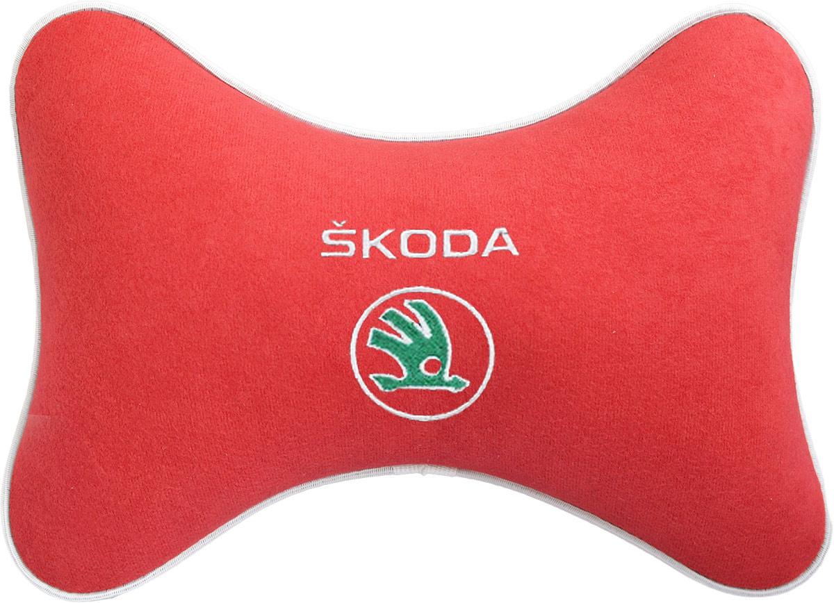 Подушка на подголовник Auto Premium Skoda, цвет: красный. 3747237472Подушка на подголовник - это прежде всего лучший способ создать комфорт для шеи и головы во время пребывания в автомобильном кресле. Большинство штатных подголовников устроены так, что до них попросту не дотянуться. Данный аксессуар полностью решает эту проблему, создавая мягкую ортопедическою поддержку. Подушка крепится к сиденью, а это значит один раз поставил - и забыл. Меньше утомляемость - а следовательно выше внимание и концентрация на дороге. Одинакова удобна для пассажира и водителя. Подушка выполнена из велюра.