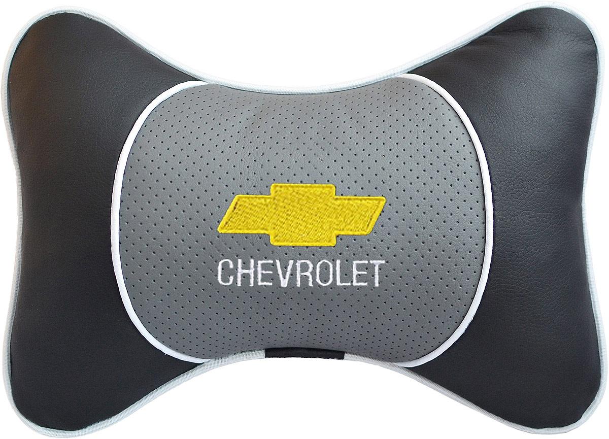 Подушка на подголовник Auto Premium Chevrolet, цвет: серый. 37545CA-3505Подушка на подголовник Люкс выполнена из черной гладкой экокожи, вставка из серой перфорированной экокожи имеет обрамление мягким кантом. Для нанесения вышивки используются высококачественные итальянские нитки. Подушка на подголовник - это прежде всего лучший способ создать комфорт для шеи и головы во время пребывания в автомобильном кресле. Такая подушка будет удобна как водителю, так и пассажиру. При производстве используются высококачественные, износостойкие материалы и гипоаллергенные наполнители.