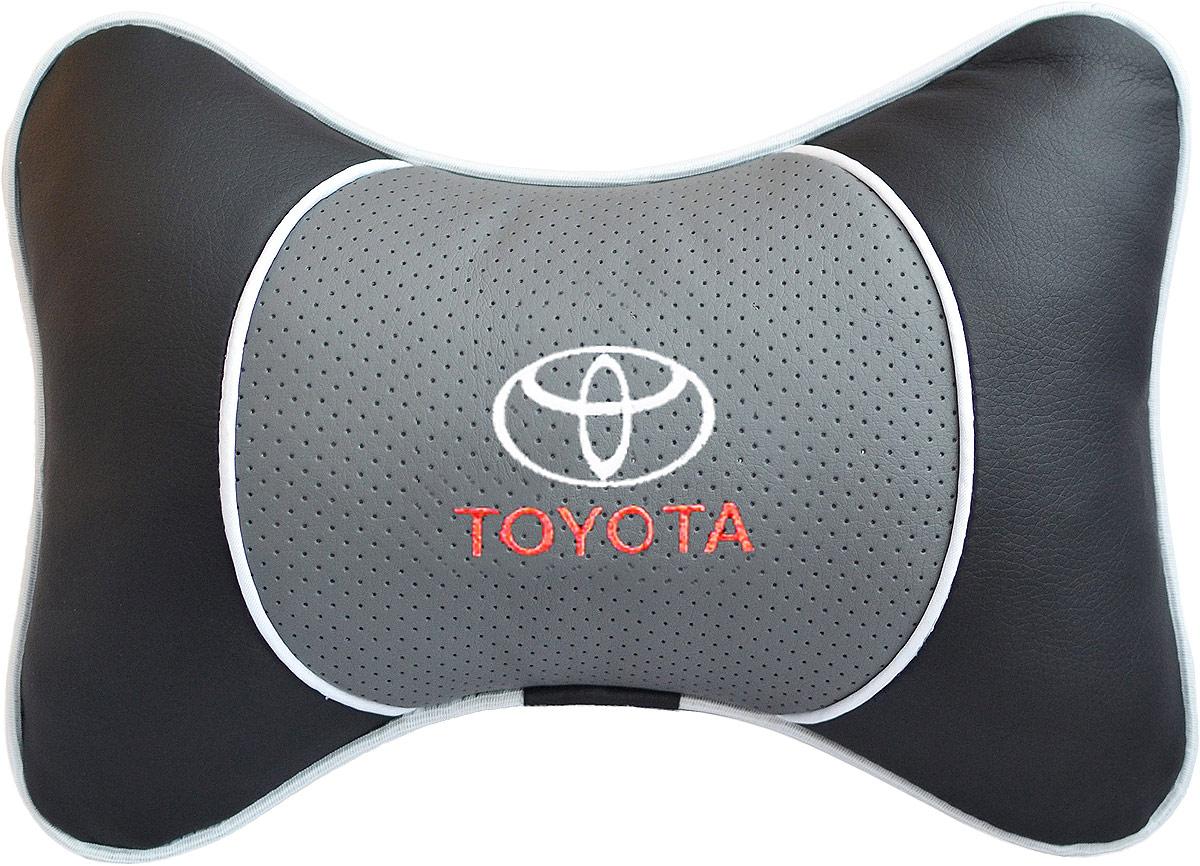Подушка на подголовник Auto Premium Toyota, цвет: серый. 3754980621Подушка на подголовник Люкс выполнена из черной гладкой экокожи, вставка из серой перфорированной экокожи имеет обрамление мягким кантом. Для нанесения вышивки используются высококачественные итальянские нитки. Подушка на подголовник - это прежде всего лучший способ создать комфорт для шеи и головы во время пребывания в автомобильном кресле. Такая подушка будет удобна как водителю, так и пассажиру. При производстве используются высококачественные, износостойкие материалы и гипоаллергенные наполнители.