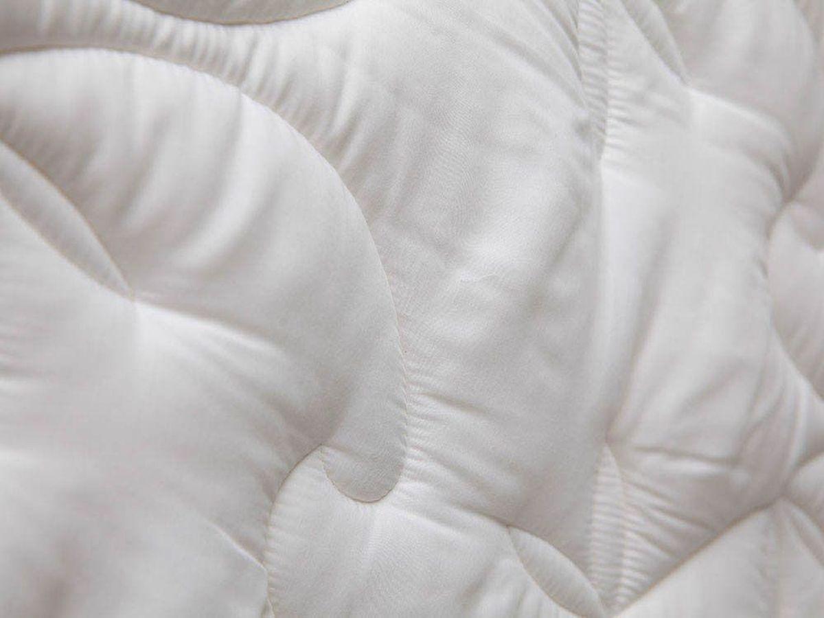 Подушка William Roberts Delicate Sillk, средняя, 50х70wlr219047Подушка средняя для тех, кто спит на спине Размер (см): 50х70 (1 шт) (Прямоугольная) Наполнитель чехла: Шелковое волокно Состав: 50% Натуральный шелк, 50% Полиэфир Наполнитель ядра: Силиконизированное волокно (Лебяжий пух) Состав: 100% Полиэфир Материал чехла: Эвкалиптовый сатин Состав материала чехла: 100% Тенсел Отделка: Стежка Застежка: Есть Производитель: William Roberts Cтрана производства: Великобритания Тип Упаковки: Сумка