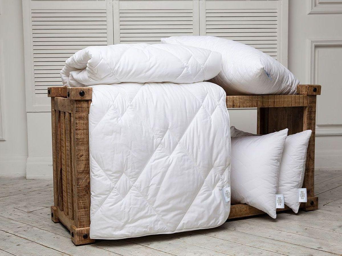 Одеяло легкое William Roberts Essential Bamboo, наполнитель: бамбуковое волокно, 200 х 220 смwlr233238Легкое одеяло William Roberts Essential Bamboo с наполнителем из бамбукового волокна подарит вам спокойный и здоровый сон. Волокно бамбука - это натуральный материал, добываемый из стеблей растения. Он обладает способностью быстро впитывать и испарять влагу, а также антибактериальными свойствами, что препятствует появлению пылевых клещей и болезнетворных бактерий. Изделия с наполнителем из бамбука легко пропускают воздух. Они отличаются превосходными дезодорирующими свойствами, мягкие, легкие, простые в уходе, гипоаллергенные и подходят абсолютно всем. Чехол одеяла выполнен из хлопкового сатина. Одеяло простегано и окантовано. Стежка надежно удерживает наполнитель внутри и не позволяет ему скатываться. Плотность наполнителя: 150 г/м2. Размер: 200 х 220 см.