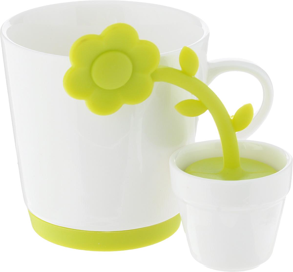 Набор для чая Oursson, 2 предметаTW89536/GAНабор для чая Oursson, состоящий из чашки и ситечка – «яркое» наслаждение любимым напитком! Как приятно пить чай из красивой и необычной чашки. Ведь оригинальная посуда никого не оставит равнодушным и поднимет настроение. Чашка изготовлена из керамики. Керамика хорошо распределяет тепло и выдерживает высокие температуры, а цветная силиконовая вставка на дне кружки не позволит ей скользить по столу. Яркое ситечко для заваривания чая, изготовленное из высококачественного пищевого силикона, поможет быстро и вкусно заварить чашку натурального чая. Ситечко выполнено в виде цветка, и имеет подставку в виде горшка изготовленного из керамики. Просто наполните цветок заваркой и погрузите в чашку, через несколько минут вы получите вкусный ароматный чай. Такой необычный набор разнообразит привычное чаепитие, порадует гостей. Обычное заваривание чая превратится в увлекательный процесс. Диаметр кружки (по верхнему краю): 8,3 см, Высота стенки кружки: 8,5...