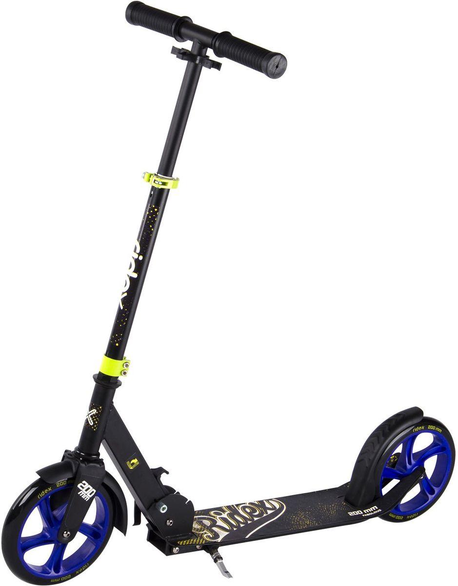 Самокат Ridex Fabolous, 2-колесный, цвет: черный, синий, желтый, 200 ммWRA523700Усовершенствованная модель классического 200-миллиметрового самоката. Заниженная дека, низко расположенная относительно уровня дорожного покрытия, позволяет прилагать меньше усилий при разгоне. Достойные ходовые и скоростные характеристики самоката обусловлены сочетанием больших полиуретановых колес с качественными подшипниками ABEC - 7. Комфорт и управляемость обеспечивают резиновые ручки, а специальная подножка позволит без труда припарковать самокат в любом месте во время Вашего отдыха.
