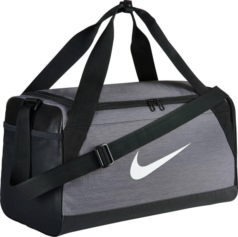 Сумка спортивная Nike Brasilia Small Duffel Bag, цвет: серый. BA5335-0643-47670-00504Сумка-дафл Nike Brasilia (малая) из невероятно прочной ткани позволяет иметь всю нужную экипировку под рукой. Внутренние карманы помогают держать вещи в порядке, а отделение для обуви позволяет хранить влажную экипировку отдельно от сухой. Особенности: Прочная водонепроницаемая ткань дна защищает экипировку от влаги.Вместительное и универсальное основное отделение.Вентилируемое отделение для хранения влажной/сухой обуви.Водонепроницаемый полиэстер высокой плотности отличается прочностью.Двойные ручки можно соединить вместе для удобного ношения.Мягкая плечевая лямка снимается и регулируется для комфортного ношения.Ручка сбоку как альтернативный вариант ношения.