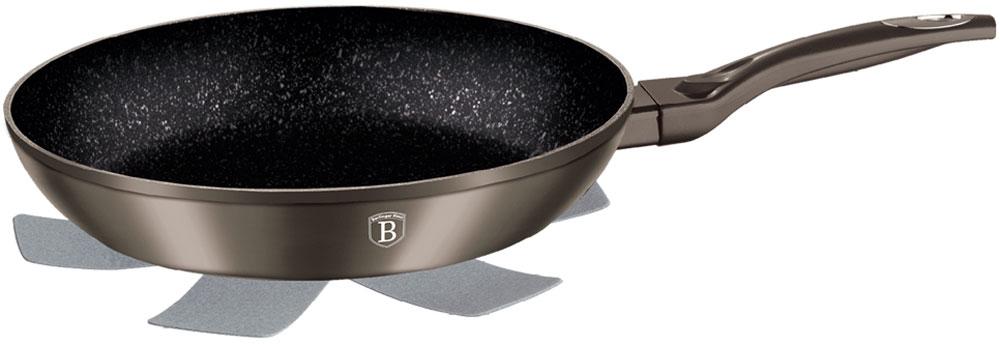 Сковорода Berlinger Haus Carbon Metallic Line, с подставкой под горячее. Диаметр 24 см1230-ВНСковорода 24 см Carbon metallic Line Материал: кованый алюминий, толщина стенок 0,5 см, высота 4,5 см. Цвет: карбон, 3 слоя мраморного покрытия эргономичная ручка soft touch, индукционное дно, подставка под горячее в подарок