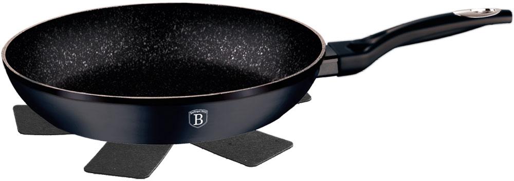 Сковорода Berlinger Haus Changing Flameguard, с подставкой под горячее. Диаметр 20 см1295-ВНСковорода 20 см, кованый алюминий, мраморное покрытие, ручка с покрытием софт-тач, при нагреве от 70 градусов изменяется с черного на зеленый цвет, подставка под горячее в подарок. Подходит для всех видов плит: газовых, электрических, стеклокерамических, галогенных, индукционных.