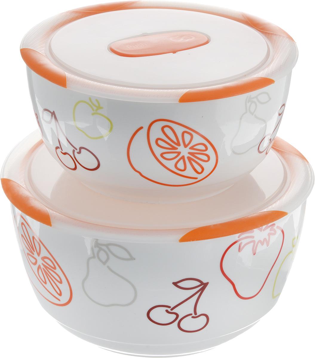 Набор мисок Oursson Bon Appetit, с крышками, цвет: оранжевый, белый, 2 штBS4781RC/ORНабор Oursson состоит из четырех мисок разного размера, выполненных из керамики и оформленных рисунком. Керамика, из которой изготовлены емкости, выдерживает температуру до 250°С, поэтому подать блюда на стол можно сразу после приготовления в микроволновой печи или духовом шкафу. Миски снабжены плотно закрывающимися пластиковыми крышками с технологией Clip Fresh. Такой набор прекрасно подходит для хранения продуктов и соусов без проливания, которые не прольются при переноске благодаря силиконовому уплотнителю, обеспечивающему 100% герметичность. Миски являются универсальным приобретением для любой кухни. С их помощью можно готовить блюда, хранить продукты и даже сервировать стол. Оригинальный дизайн, высокое качество и функциональность набора Oursson позволят ему стать достойным дополнением к вашему кухонному инвентарю. Можно мыть в посудомоечной машине. Характеристика емкости №1: Объем: 3 л. Высота стенки: 11,3 см. Диаметр (по...