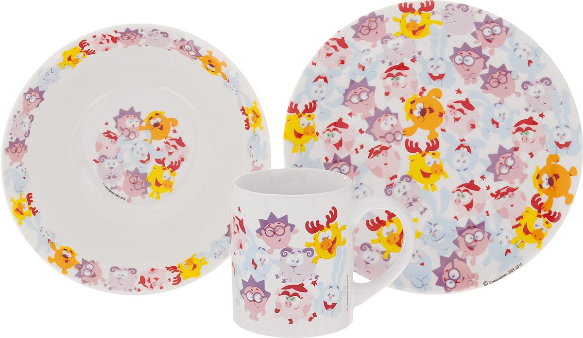 Смешарики Набор детской посуды Бум 3 предметаSMS3-1Набор детской посуды Смешарики Бум идеально подойдет для кормления малыша и самостоятельного приема пищи. В комплект входят: миска, тарелка и кружка. Все элементы набора выполнены из прочной керамики и оформлены яркими изображениями героев мультфильма Смешарики. Глубокая миска имеет высокие бортики, которые обеспечат удобство кормления и предотвратят случайное проливание жидкой пищи. Тарелка диаметром 19 см понравится малышу своим ярким дизайном. Широкие бортики сделают прием пищи комфортным.Тарелка предназначена для горячей и холодной пищи. Кружка подойдет для любых напитков. Объем кружки - 240 мл. Кружка имеет удобную ручку, а ее небольшие размеры и вес позволят малышу без труда держать кружку самостоятельно. Посуда подходит для мытья в посудомоечной машине и использования в микроволновой печи. Яркая посуда с любимыми героями порадует малыша и сделает любой прием пищи приятным и веселым.