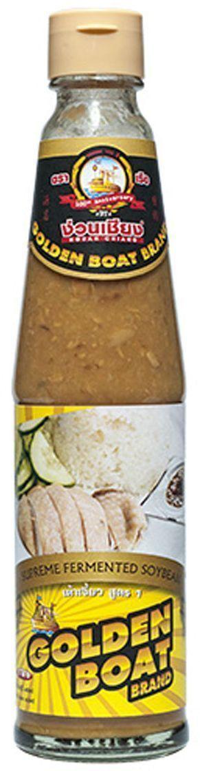 Golden Boat Соевая паста, 300 млGB0004001Желтая соевая паста (или, как она называется в Китае), желтый бобовый соус - это вариант соевой пасты, однако с менее однородной текстурой. В отличие от мисо-пасты, где соевые бобы оказываются перемолоты в кашицу, желтый бобовый соус представляет собой именно соус с небольшими кусочками немодифицированной сои, а также с добавлением соевого соуса и сахара. В отличие от мисо-пасты, которая обладает прямолинейным соленым вкусом и обычно включает в себя (помимо сои) пасту из пшеницы или ячменя, желтая соевая паста имеет оттенки следка сладковатого, насыщенного соленого и немного пряного вкуса, которые позволяют использовать желтый бобовый соус (желтую соевую пасту) в любых блюдах вместо соевого соуса или рыбного соуса. Также благодаря своему чистому соевому составу тайская желтая соевая паста могут употреблять люди, сидящие на безглютеновой диете (мисо-пасту им есть нельзя - из-за присутствия в смеси мисо пшеницы и ячменя). Чаще всего желтая...