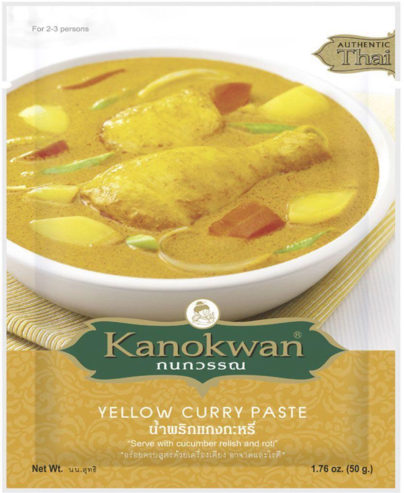 Kanokwan Основа для желтого карри, 50 г0120710Зеленая карри-паста (пхрик кэнг кхиау ван) - комбинация специй и ароматических трав, широко используемая в тайской кухне и позволяющая приготовить большое количество блюд. Основные компоненты зеленого карри – зеленый перец чили, лук-шалот, чеснок, галангал, кожура кафрского лайма, обжаренные семена кориандра и зиры, белый перец, креветочная паста, лимонное сорго, молодой зеленый перец, однако конечный состав пасты и пропорция компонентов зависит от предпочтений повара или компании-производителя.Самые простые рецепты, содержащие зеленую карри-пасту, предполагают обжарку или тушение одного или двух основных ингредиентов (например, мяса, птицы, рыбы или некоторых овощей) в специях и кокосовом молоке, более сложные варианты включают больше ингредиентов и могут обходиться без молока.Зеленое карри имеет выраженный остро-сладкий вкус, однако степень остроты блюда легко регулируется: уменьшив количество карри-пасты или добавив больше кокосового молока, можно получить результат, который уже не будет острым. Соответственно этому варьируется и количество порций, которые получаются на выходе из одного пакетика пасты: если вы хотите, чтобы вкус блюда получился более насыщенным, то расходуете больше пасты. При этом из одной упаковки получится примерно 10 порций. Добавляя меньше пасты для снижения остроты, вы можете получить до 30 порций блюда!