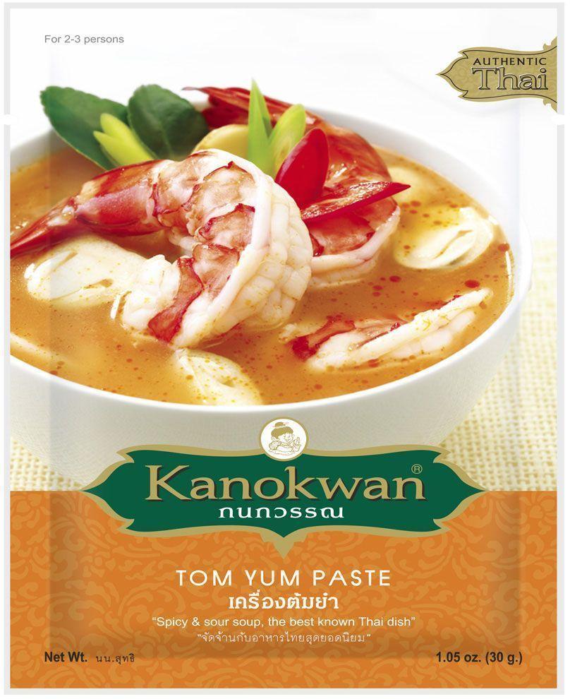 Kanokwan Паста том ям, 50 гKW0006011Желтая карри-паста (пхрик кэнг кари) - смесь специй и ароматических трав, используемая в тайской кухне для приготовления большого количества блюд. Классическими компонентами желтого карри являются сушеный перец чили, семена кориандра, зира, лимонное сорго, галанга, имбирь, лук-шалот, чеснок, креветочная паста, соль, карри и куркума, при этом конечный состав пасты и пропорция компонентов зависит от предпочтений повара или компании- производителя. Желтое карри возникло под влиянием индийской кухни, отсюда такие нетипичные для тайских блюд компоненты, как порошок карри и молотая куркума. В то же время, кэнг кари не является прямым аналогом индийских блюд, отражая лишь исторические связи тайской кулинарии и ее готовность воспринимать достижения соседей. Желтое карри относится к числу умеренно-острых карри, его вкус можно назвать пряно-острым. Рецепты, содержащие желтую карри-пасту, предполагают обжарку или тушение основных ингредиентов (мяса...