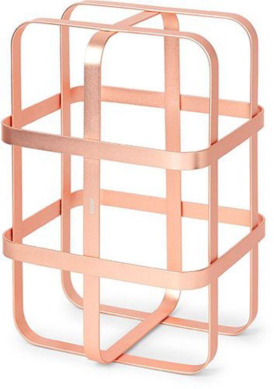 Подставка для бутылок Umbra Pulse, цвет: медь, 19,8 х 30,4 х 16,6 см1005263-880Стильная подставка для бутылок. Благодрая утончённому дизайну может использоваться и на кухне и для сервировки в гостиной, баре, офисной переговорной или зале ресторана. Рассчитана на хранение 6 винных бутылок. Подставки запросто составляются друг с другом, образуя необычный дизайнерский винный погреб. В комплект входят клипсы для того, чтобы скрепить их между собой. Всё это делает их отличным подарком. На основании предусмотрены прорезиненные накладки, предотвращающие скольжение. Сочетаются с другими аксессуарами из коллекции Pulse. Дизайнеры Eugenie de Loynes & David Green