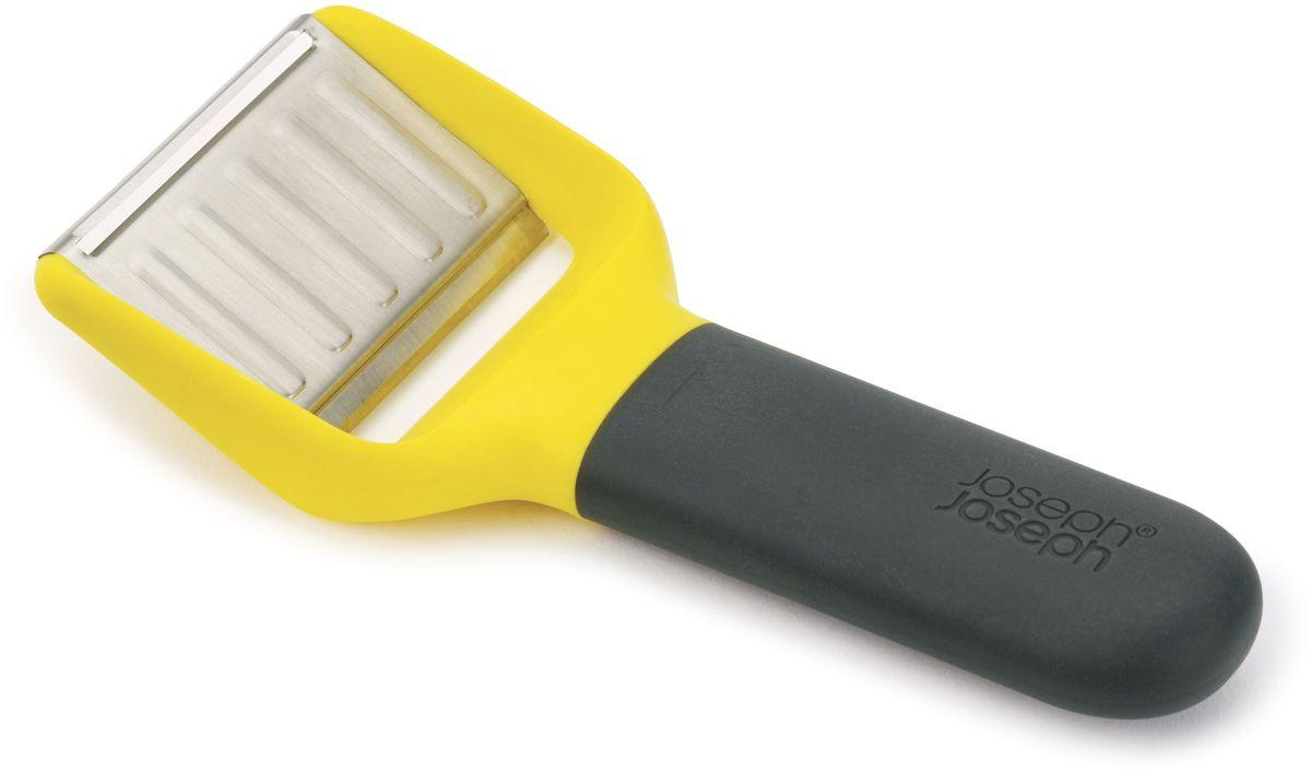 Нож для сыра Joseph Joseph, с двумя лезвиями. 2010620106Многофункциональный нож для сыра – незаменимая вещь для гурманов. В комплект входит два вида стальных лезвий: слайсер и бритвенное. Приятная на ощупь ручка не выскальзывает во время эксплуатации. С помощью слайсера можно быстро нарезать сыры средней твердости, например, Чеддер или Эмменталь. Рельефная поверхность ножа предотвращает прилипание. Бритвенное лезвие без труда справляется с твердыми сырами, такими, как Пармезан. Нож можно мыть в посудомоечной машине.