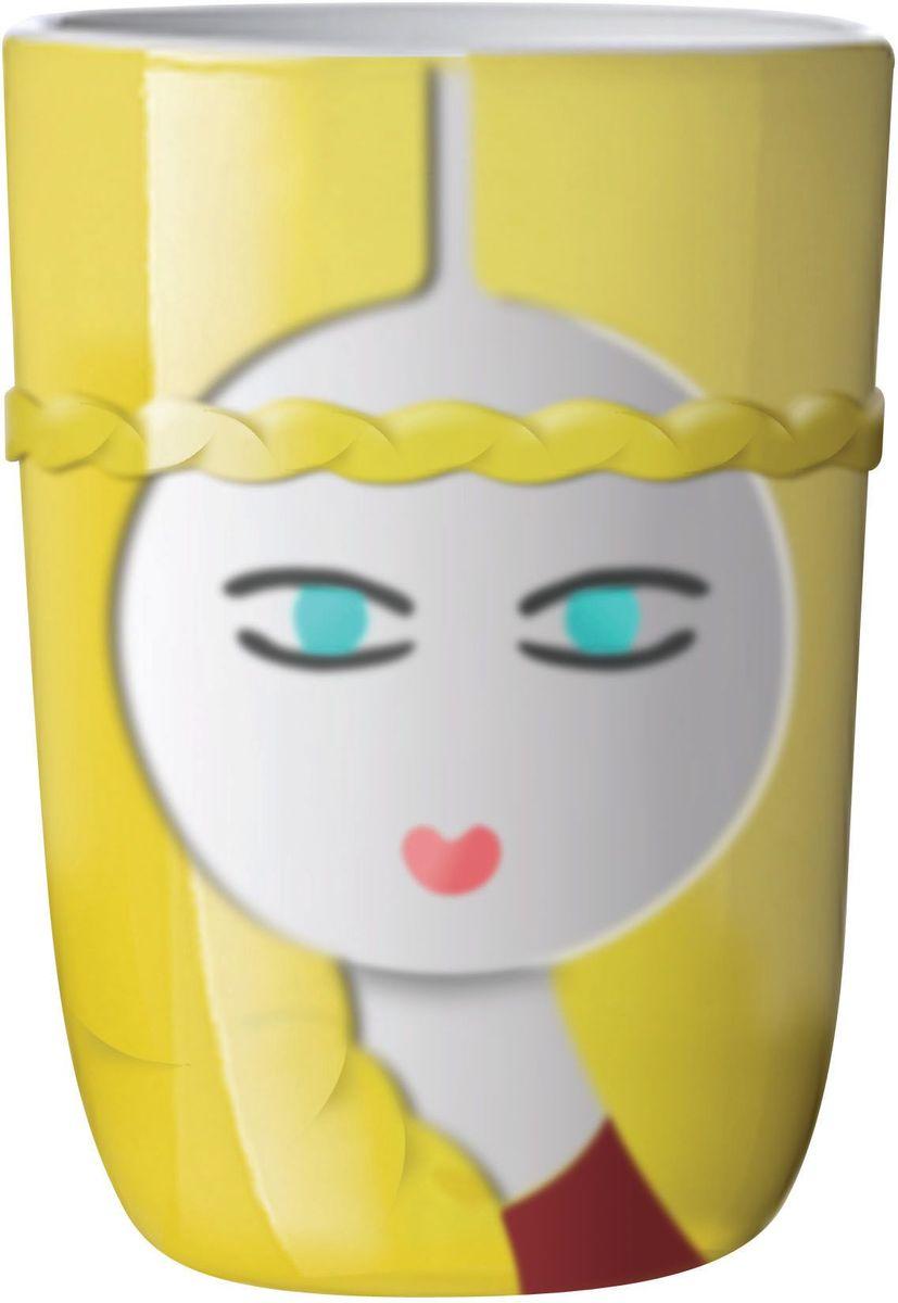 Термокружка QDO Freja. 567496567496Коллекция термокружек Folklore соединила в себе легендарные женские образы со всего света. Каждая из кружек передает красоту и особенности того региона, который она представляет. В скандинавской мифологии Фрея - это богиня любви, красоты и плодородия. На рисунках она чаще всего изображается с длинными, светлыми и вьющимися волосами, что отразилось в дизайне кружки, названной в её честь. Термокружка отличается резко очерченной формой, а отсутствие ручки позволяет легко убирать одну емкость в другую. Кроме того, двойные стенки кружки уберегут пальцы от ожога и сохранят температуру напитка в течение долгого времени. Материал кружки - фарфор. Объем - 210 мл. Можно мыть в посудомоечной машине. Продается в красивой жестяной коробке, украшенной цветным орнаментом. Идеальный подарок для всех любителей горячего чая.