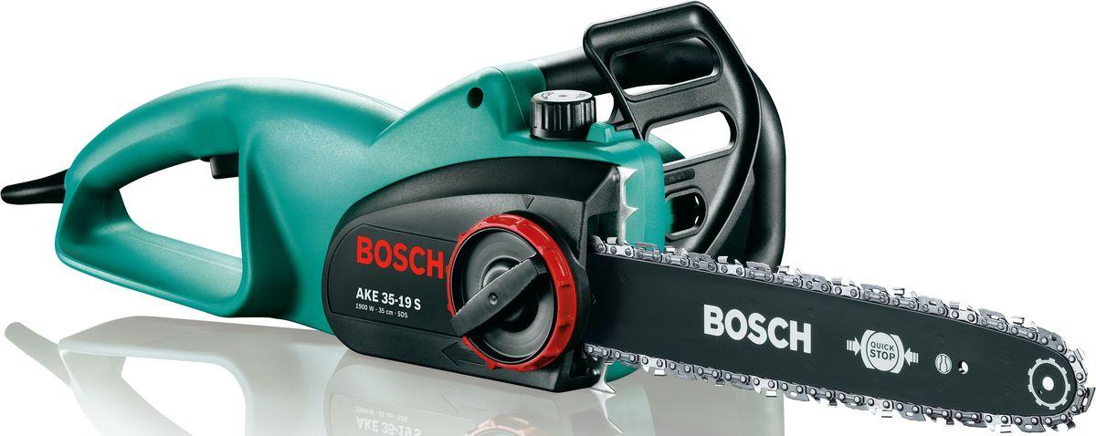 Цепная пила Bosch AKE 35-19 S. 0600836E030600836E03Преимущества изделия: Сверхмощный двигатель: мощность 1900 Вт со скоростью движения цепи 12 м/с для исключительно высокой производительности. Практичность: система SDS для натяжения и замены цепи без инструментов. Сверхпрочность: высочайшее качество для частого использования и долгого срока службы. Тормоз, молниеносно реагирующий на отдачу пилы Эргономичная рукоятка, оптимизированная для распиловки и валки Стальные зубья для крепкого и надёжного упора Большой масляный бачок (200 мл) с указателем уровня наполнения Стальной улавливатель цепи. Обзор технических характеристик: Мощность двигателя: 1.900 Вт Длина пильной шины: 35 см Скорость движения цепи: 12 м/с Мощность приводного элемента: 1,1 мм Цепь: хромированная цепь Вес (с цепью и шиной): 4,4 кг. Комплектация: Инструмент Масло 80 мл