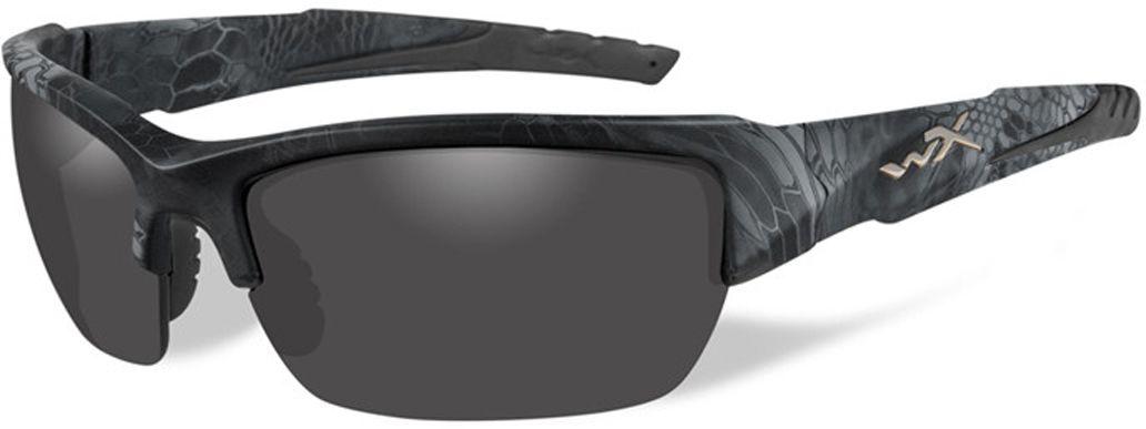 Очки солнцезащитные WileyX Valor Polarized, для охоты, рыбалки и активного отдыха, цвет: Smoke Grey (kryptek Typhon)TL-49-TPДымчато-серый линзы очков поглощают отражения и снижают блики. Данная модель очков отлично подходит для активного отдыха в условиях интенсивной освещенности.ПОЛЯРИЗАЦИОННЫЙ ФИЛЬТР 8ТМЗапатентованная WileyX технология поляризации линз обеспечивает 100% поляризацию и 100% защиту от ультрафиолетовых лучей для непревзойденной четкости и контрастности изображения.ЗАЩИТА ОТ УДАРОВ НА ВЫСОКОЙ СКОРОСТИОправа и линзы должны выдерживать удар тяжелого снаряда весом 500 гр, падающего с высоты 127 смПРОЧНОЕ ПОКРЫТИЕУстойчивое к царапинам покрытие защищает линзы от механических повреждений и продлевает срок их службы.АНТИБЛИКОВОЕ ПОКРЫТИЕАнтибликовое покрытие устраняет нежелательные отражения с поверхностей линз. ВОДООТТАЛКИВАЮЩЕЕ ПОКРЫТИЕВодоотталкивающее покрытие обеспечивает скатывание воды с поверхности линз. Используется только на поляризационных линзах.