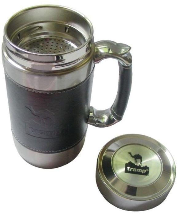 Кружка подарочная Tramp, цвет: серый, 0,45 л. TRC-046TRC-046Крышка, сеточка Объем: 450 мл Термокружка из нержавеющей стали имеет двойные стенки и плотно прилегающую крышку. Это предотвращает быстрое остывание горячего напитка и нагревание холодного - напиток долго сохранит нужную температуру. Имеется сеточка для удобного заваривания чая. Ручка отделана кожей. Кружку удобно и приятно держать, невозможно обжечься. Имеет стильный дизайн: корпус и ручка отделаны темной кожей. Кружка послужит отличным дополнением к подарку для любого праздника. Кружку можно использовать в самых разных ситуациях: на пикнике, в офисе или дома.