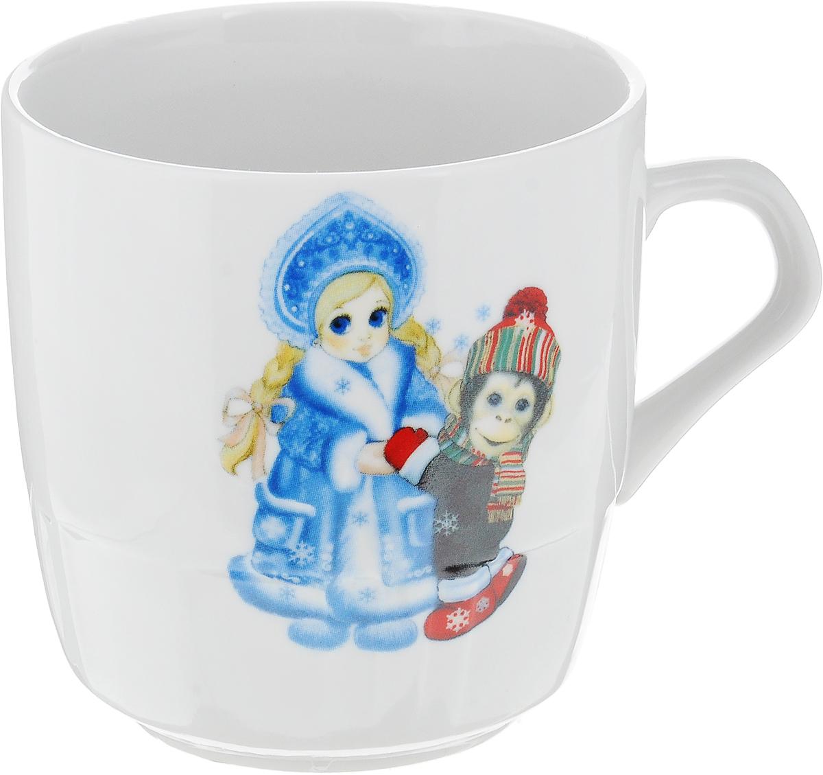 Кружка Фарфор Вербилок Новогодние обезьянки, 250 мл115510Кружка Фарфор Вербилок Новогодние обезьянки выполнена из высококачественного фарфора с глазурованным покрытием и оформлена оригинальным принтом. Посуда из фарфора позволяет сохранить истинный вкус напитка, а также помогает ему дольше оставаться теплым. Изделие оснащено удобной ручкой. Такая кружка прекрасно оформит стол к чаепитию и станет его неизменным атрибутом. Можно мыть в посудомоечной машине и использовать в СВЧ.Диаметр кружки (по верхнему краю): 8,3 см.Высота чашки: 8,5 см.