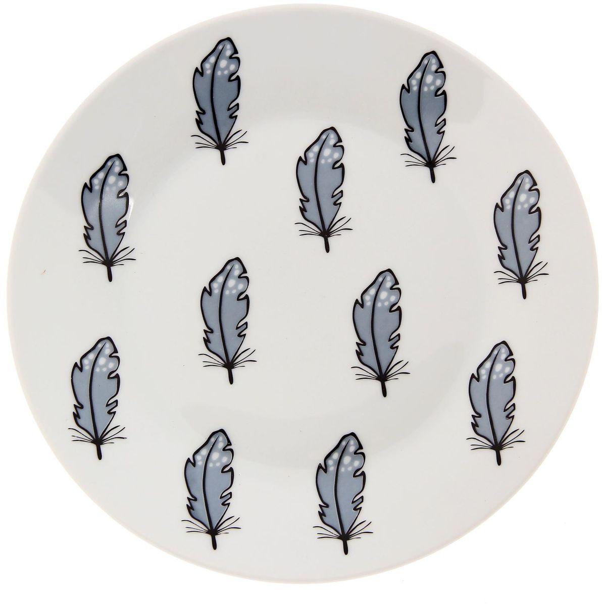 Тарелка мелкая Сотвори чудо Перо, диаметр 20 смVT-1520(SR)Хотите обновить интерьер кухни или гостиной? Устраиваете необычную фотосессию или тематический праздник? А может, просто ищете подарок для близкого человека? Посуда Сотвори Чудо — правильный выбор в любой ситуации. Тарелка Сотвори Чудо, изготовленная из изящного фаянса нежного сливочного цвета, оформлена оригинальным рисунком со стойкой краской. Пригодна для посудомоечной машины.