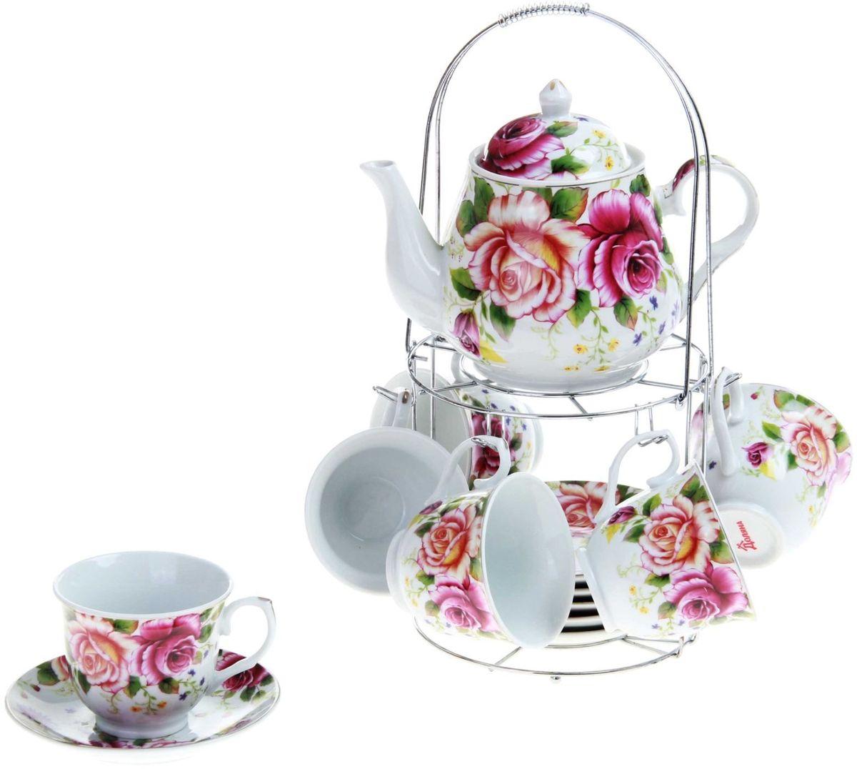 Набор чайный Доляна Томная роза, 13 предметов240597Какую посуду выбрать для чаепития? Конечно, традиционный напиток по необходимости можно пить и из помятой алюминиевой кружки. Но все-таки большинство хозяек стараются приобрести изящные и оригинальные модели для эстетического наслаждения неповторимым вкусом и тонким ароматом хорошего чая. Кухонная керамика сочетает в себе бытовую практичность и декоративную утонченность. Набор чайный на 6 персон Томная роза, 13 предметов: 6 чайных пар 230 мл, чайник 1 л отличается высокой прочностью и обаятельным дизайном. Нарядный комплект обязательных для чаепития атрибутов изготовлен на родине древнего напитка и привнесет в каждую трапезу особую энергетику.