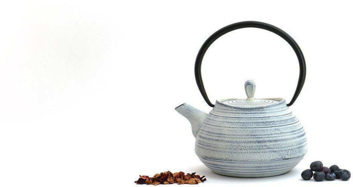 Чугунный чайник BergHOFF Studio, цвет: белый ,1,1 л1107114Чайник Studio изготовлен из чугуна, благодаря которому сохраняет чай дольше горячим. Кроме того, благодаря равномерному распределению тепла в чугуне, улучшается натуральный вкус чайных листьев. Мелкосетчатый фильтр позволяет наслаждаться чаем без докучливых чаинок в Вашей чашке. Внутреннее покрытие из прочной эмали обеспечивает защиту от коррозии. Рекомендована ручная мойка. Упакован в подарочную коробку.