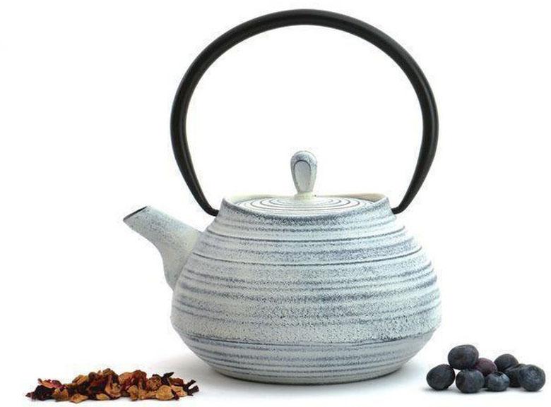 Чугунный чайник BergHOFF Studio, цвет: белый ,1,1 лCM000001326Чайник Studio изготовлен из чугуна, благодаря которому сохраняет чай дольше горячим. Кроме того, благодаря равномерному распределению тепла в чугуне, улучшается натуральный вкус чайных листьев. Мелкосетчатый фильтр позволяет наслаждаться чаем без докучливых чаинок в Вашей чашке. Внутреннее покрытие из прочной эмали обеспечивает защиту от коррозии. Рекомендована ручная мойка. Упакован в подарочную коробку.