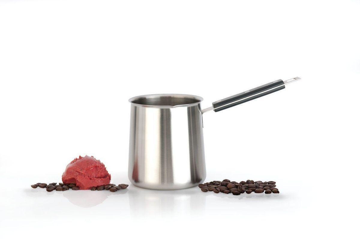 Турка BergHOFF Cubo, цвет: стальной, черный, 400 млCM000001328Турка для варки кофе BergHOFF Cubo выполнена из нержавеющей стали, которая не впитывает запахи и не образует темный налет. Изделие порадует любителей кофе, ведь сваренный напиток в турке гораздо ароматнее и вкуснее. Изделие оснащено бакелитовой ручкой.Подходит для всех типов плит, кроме индукционных. Высота изделия: 11,5 см.Длина ручки: 8,5 см.