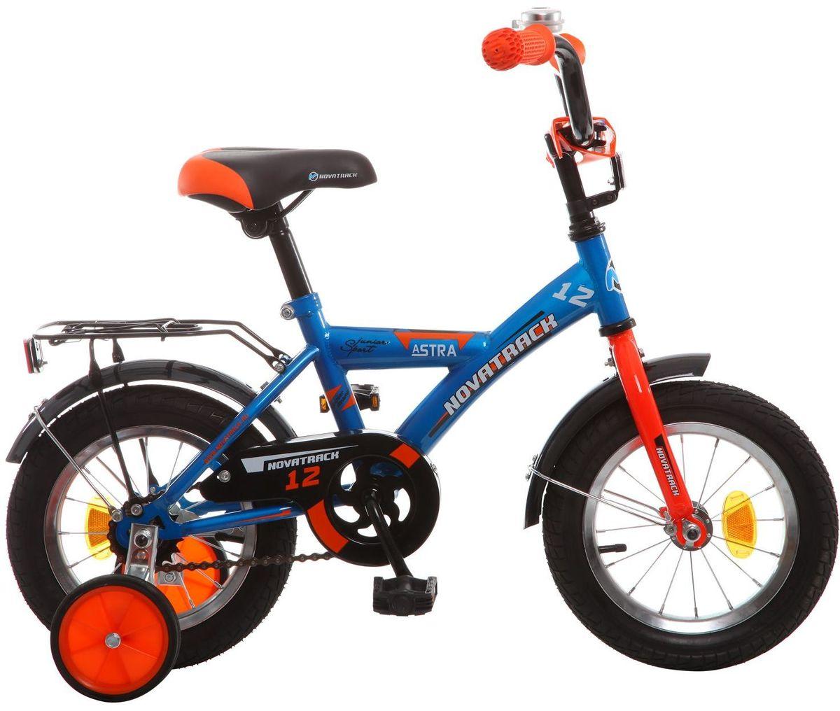 Велосипед детский Novatrack Astra, цвет: синий, черный, оранжевый, 12WRA523700Хотите, чтобы ваш ребенок играя укреплял здоровье? Тогда ему нужен удобный и надежный велосипед Novatrack Astra, рассчитанный на малышей 2-4 лет. Одного взгляда малыша хватит, чтобы раз и навсегда влюбиться в свой новенький двухколесный транспорт, который сначала можно назвать и четырехколесным. Дополнительную устойчивость железному коню обеспечивают два маленьких съемных колеса в цвет велосипеда. Велосипед собран на базе рамы с универсальной геометрией, которая позволяет легко взобраться или слезть с велосипеда, при этом велосипед имеет такой вес, что маленький ребенок сам легко справляется со своим транспортным средством. Так как велосипед предназначен для самых маленьких, предусмотрен ограничитель поворота руля, который не позволит сильно завернуть руль и упасть. Еще один элемент безопасности - это защита цепи, которая оберегает одежду и ноги малыша от попадания в механизм. Стильные крылья защитят от грязи и брызг, а на багажнике ребенок сможет перевозить массу полезных в дороге вещей. Данная модель маневренна и легко управляется, поэтому ребенку будет несложно и интересно учиться езде.