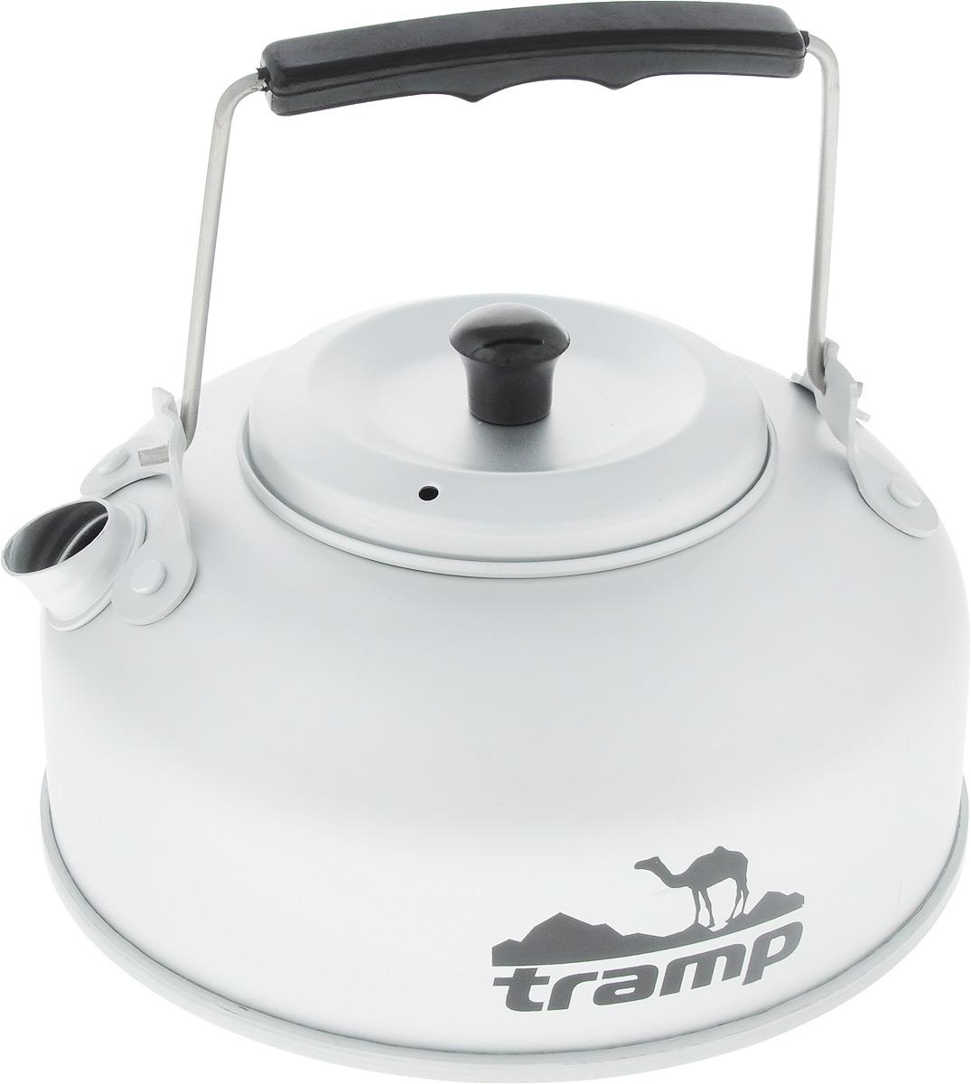Чайник походный Tramp, с заварником, 0,9 лTRC-038Чайник Tramp имеет специальное сито для заварки, что делает приготовление чая более удобным. Плоская форма дна позволяет быстро нагреть воду, складная ручка и небольшой вес алюминия делает чайник особенно удобным для перевозки. В комплект прилагается чехол для хранения. Объем: 900 л. Высота без учета ручки: 8 см. Диаметр дна: 15 см.