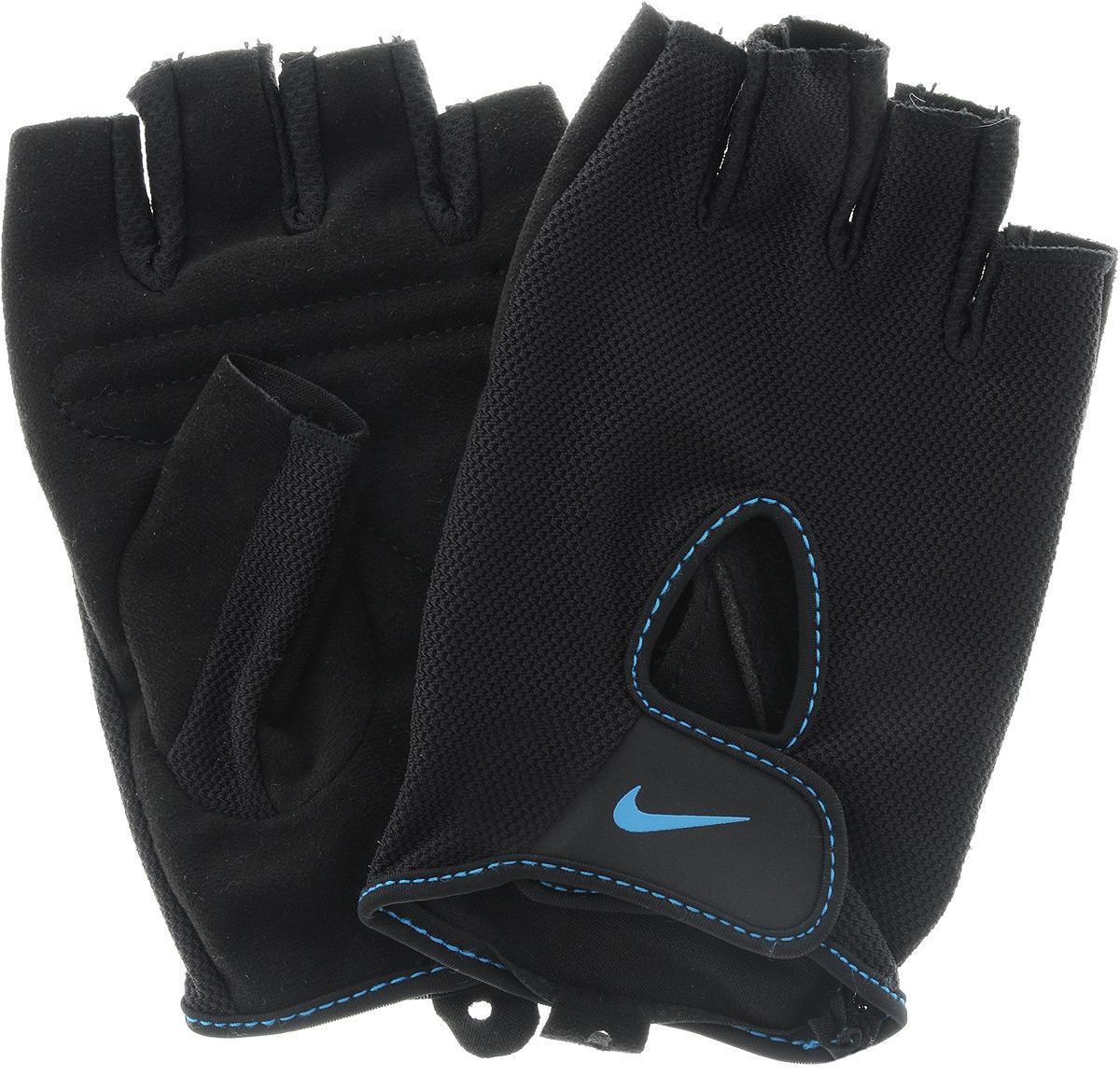Перчатки для фитнеса женские Nike Wmns Fundamental Training Gloves II, цвет: черный, синий. Размер LN.LG.17.085.LGУдобные перчатки Nike Wmns Fundamental Training Gloves II для фитнеса оформлены цветным логотипом бренда Nike. Трафаретная печать swoosh-лого на внешней стороне модели обеспечивает моментальную идентификацию бренда. Внутренняя часть перчаток выполнена из мягкой искусственной замши, что обеспечивает комфорт и долговечность в использовании данного аксессуара. Регулируемая застежка на запястье обеспечивает надежную посадку.