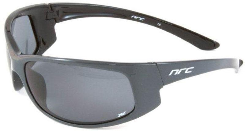 Очки солнцезащитные NRC, поляризованные, цвет: черный. 2100221002Бренд NRC представляет очки, предназначенные как для езды на велосипеде, так и для многих других видов спорта. NRC известен собственными фирменными разработками, адаптирующими очки под разные климатические условия, различное время суток, степень освещенности, а также под индивидуальные потребности каждого конкретного пользователя. Очки блестящие(глянцевые) черно-серые Дымчатые поляризованные линзы Материал оправы –термопластичный эластомер (ТPE) Оправа - небьющаяся, гибкая, мягкая, легкая, удобная и безопасная Материал линзы - триацетат целлюлоза(TAC) Особенности линзы -поляризованная[BIO] Покрытие –защитное от царапин[NOSCRATCH] Прозрачность -21% Категория фильтра -2 Вес -29,2 г Кривизна (изгиб) -10