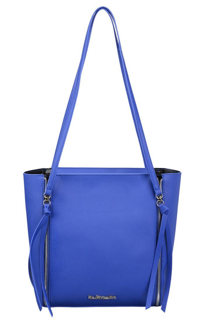 Сумка женская Vera Victoria Vito, цвет: синий. 33-626-533-626-5Изумительная сумочка из плотной эко-кожи от VV-Vito станет незаменимой спутницей для девушек, предпочитающих стильные и качественные вещи. Великолепный дизайн непременно подчеркнет неповторимую индивидуальность обладательницы! Интересная задумка дизайнера, длинные ручки крепятся к бегункам декоративных молний и дополнены длинными кисточками. Размер сумочки позволит взять с собой все самое необходимое на весь день: набор косметики, кошелек, книжку или планшет, бутылку воды, телефон, личные документы и разные мелочи. Закрывается модель на молнию, носится на плече. Внутри косметичка (21х17) на молнии в тон сумки. Изысканный васильковый цвет этого аксессуара не оставит вас равнодушной!