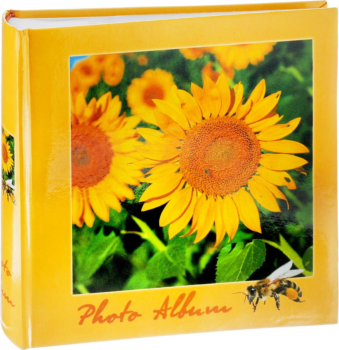 Фотоальбом Pioneer 4 Seasons, 200 фотографий, цвет: желтый, зеленый, 10 x 15 см46197 B46200Фотоальбом Pioneer 4 Seasons позволит вам запечатлеть незабываемые моменты вашей жизни, сохранить свои истории и воспоминания на его страницах. Обложка из толстого картона оформлена оригинальным принтом. Фотоальбом рассчитан на 200 фотографии форматом 10 x 15 см. На каждом развороте имеются поля для заполнения и два кармашка для фотографий. Такой необычный фотоальбом позволит легко заполнить страницы вашей истории, и с годами ничего не забудется. Тип обложки: Ламинированный картон. Тип листов: бумажные. Тип переплета: книжный. Кол-во фотографий: 200. Материалы, использованные в изготовлении альбома, обеспечивают высокое качество хранения ваших фотографий, поэтому фотографии не желтеют со временем.