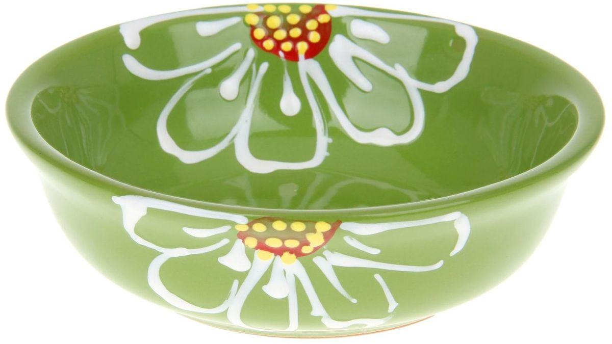 Миска Псковский гончар, цвет: зеленый, 400 мл1228225Из красивой посуды любое блюдо кажется вкусней! Специальная миска превратит каждый прием пищи в праздник! Вы можете налить в неё любой суп, использовать под вторые блюда. Из неё приятно кушать окрошку. Но это еще не всё! Материал: Специальный материал - красная глина - позволит ставить миску в духовку, на аэрогриль и в СВЧ-печь. Специальный обжиг повышает прочность и долговечность изделия. Безопасная глазурь облегчит процесс мытья. Любой продукт, приготовленный в ней, приобретает «эффект русской печи» - особый вкус и аромат, с сохранением полезных витаминов и минералов. Блюда надолго сохранят свою температуру благодаря пористой структуре изделия. Дизайн: Лаконичная форма и яркая расцветка будут поднимать настроение и аппетит, притягивать взгляды и вызывать желание попробовать содержимое миски от «Псковского гончара»! Устойчивое донышко предотвращает возможность опрокидывания. Выбирайте качественные вещи, которые будут радовать вас долгие годы и создадут на вашем столе...