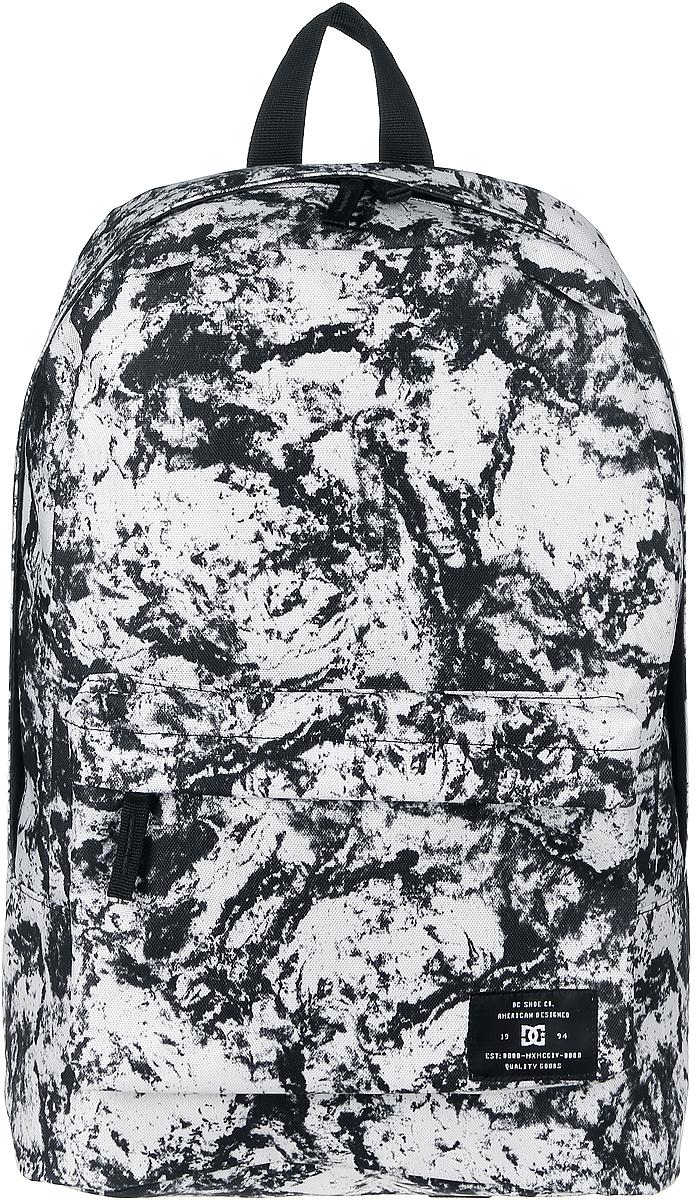Рюкзак мужской DC Shoes Bunker Print, цвет: черный, белый. ADYBP03002-WCQ1BP-001 BKРюкзак мужской DC Shoes Bunker Print сочетает в себе современный дизайн, функциональность и долговечность. Выполнен из полиэстера и оформлен абстрактным принтом. Рюкзак состоит из одного основного вместительного отделения, закрывающегося на застежку-молнию с двумя бегунками.На лицевой стороне расположен объемный карман на застежке-молнии с органайзером.Рюкзак оснащен ручкой для переноски в руке. Внутри имеется отделение для планшета или ноутбука. Широкие мягкие лямки, регулируемые по длине, равномерно распределяют нагрузку на плечевой пояс.
