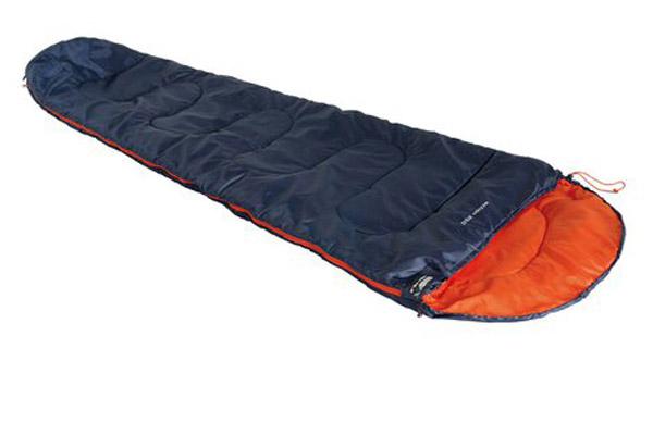 Спальный мешок High Peak Action 250, цвет: синий, оранжевый, 225 х 80 х 50 см, правосторонняя молния. 2008320083Для летних походов подойдет легкий и компактный спальник Action 250. В случае прохладной ночи можно затянуть стропу на подголовнике и защитить голову. Чтобы получить большой двойной спальник, соедините 2 спальника с левой и правой боковой молнией. В верхней части молния фиксируется клапаном на липучке Velcro. На молнии 2 бегунка, которые позволяют расстегнуть спальник со стороны ног и сделать вентиляционное окно. Спальник утеплен высокоэффективным полым волокном Dura Loft с силиконовым покрытием волокон. Плотность утеплителя равна 250 г/кв. м с обеих сторон спальника. В комплекте со спальником поставляется транспортировочный чехол. Объем спального мешка в чехле составляет 12.8 л. Правая молния. Внешняя ткань Полиэстер (Polyester) 185T Внутренняя ткань Полиэстер (Polyester) 185T Утеплитель DuraLoft 250 (1х250) г/м2