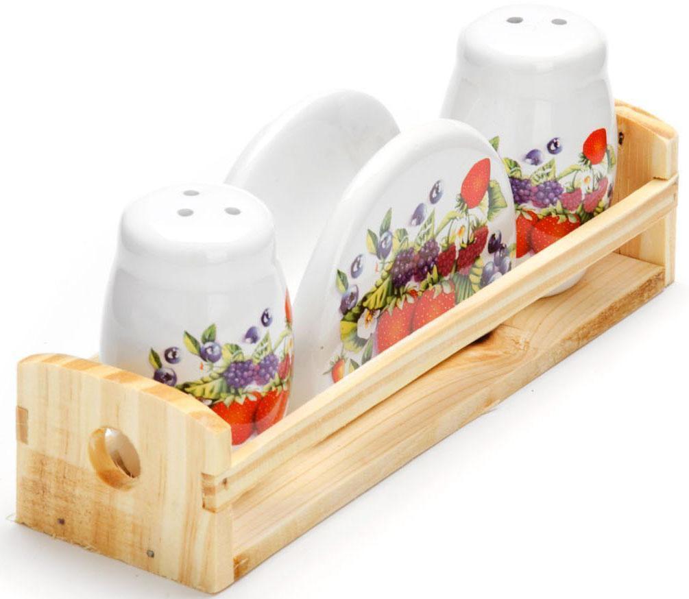 Набор для специй Loraine Ягоды, 4 предмета. 2628326283Набор для специй Loraine состоит из солонки, перечницы, салфетницы и деревянной подставки. Предметы набора выполнены из прочной доломитовой БИО и ЭКО керамики. Отверстия, в которые засыпаются специи, закрыты силиконовыми пробками. Благодаря своим небольшим размерам набор не займет много места на Вашей кухне. Дизайн, эстетичность и функциональность набора позволят ему стать достойным дополнением к кухонному инвентарю и украсить сервировку Вашего стола.