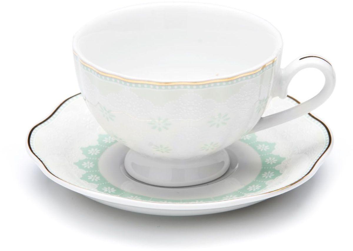 Кофейный сервиз Loraine, 110 мл, цвет: мятный, подарочная упаковка. 26441-126441-1Кофейный набор на 6 персон Loraine выполнен из высококачественного костяного фарфора - материала безопасного для здоровья и надолго сохраняющего тепло напитка.Несмотря на свою внешнюю хрупкость, каждый из предметов набора обладает высокой прочностью и надежностью. Элегантный классический дизайн с тонкой золотой каймой делает этот кофейный набор прекрасным украшением любого стола. Набор аккуратно упакован в подарочную упаковку, поэтому его можно преподнести в качестве оригинального и практичного подарка для своих родных и самых близких. В наборе: 6 кофейных чашек, 6 блюдец. Подходит для мытья в посудомоечной машине.