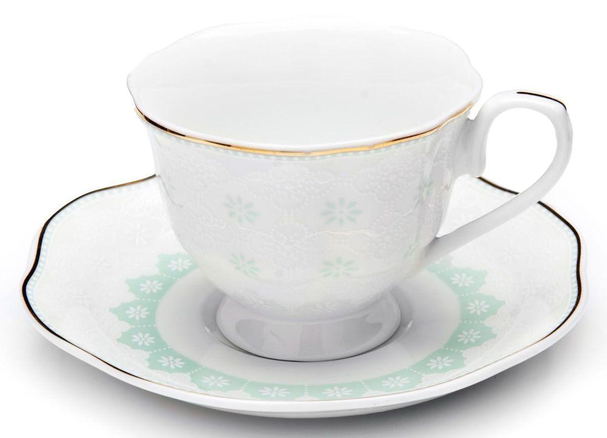 Кофейный сервиз Loraine, 110 мл, цвет: мятный, подарочная упаковка. 26445-126445-1Кофейный набор на 6 персон Loraine выполнен из высококачественного костяного фарфора - материала безопасного для здоровья и надолго сохраняющего тепло напитка.Несмотря на свою внешнюю хрупкость, каждый из предметов набора обладает высокой прочностью и надежностью. Элегантный классический дизайн с тонкой золотой каймой делает этот кофейный набор прекрасным украшением любого стола. Набор аккуратно упакован в подарочную упаковку, поэтому его можно преподнести в качестве оригинального и практичного подарка для своих родных и самых близких. В наборе: 6 кофейных чашек, 6 блюдец. Подходит для мытья в посудомоечной машине.